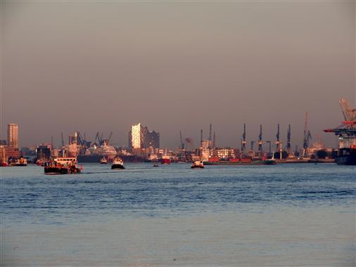 Abendstimmung mit Blick in den Hamburger Hafen