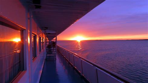 Sonnenuntergang mit Spiegelung über dem Onegasee