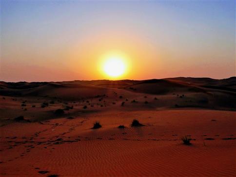 Bald geht die Sonne über der arabischen Wüste unter