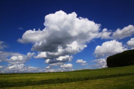 wolken weiß blau