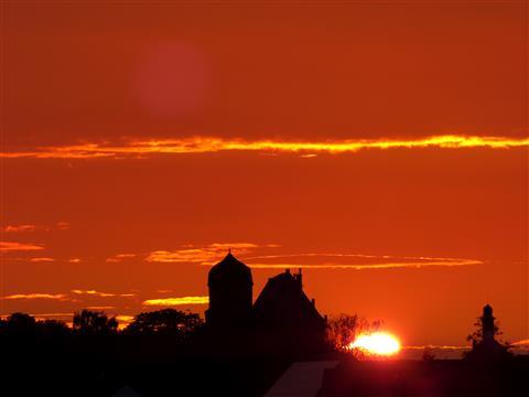 Sonnenuntergang hinter Schloss Sommersdorf im oberen Altmühltal