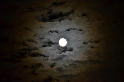 Mond mit Hof sagt Regen an