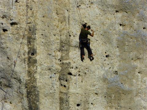 Sportklettern - männlich - über dem Donaudurchbruch
