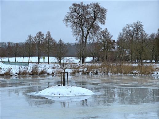 Schneeinsel im Weiher in Triesdorf