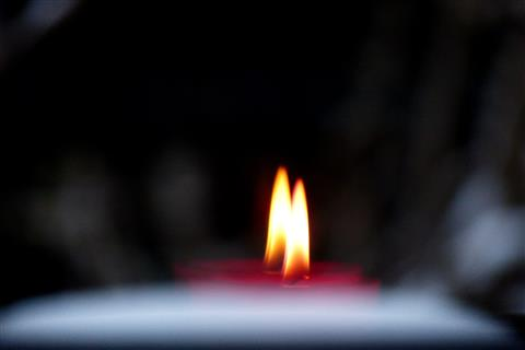 Kerzenflammenspiegelung in der Fensterscheibe