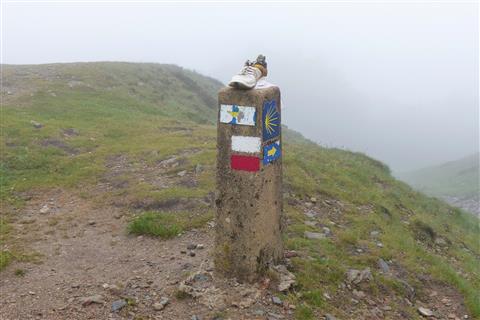 Grenzstein am Jakobsweg auf den Pyrenäen zwischen Frankreich und Spanien
