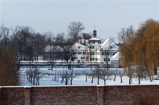 Triesdorf Weisses Schloss hinter Roter Mauer