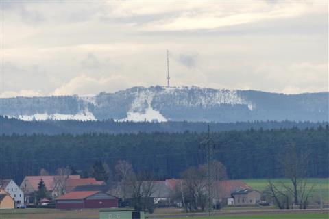 Der Hesselberg mit Schneeauflage