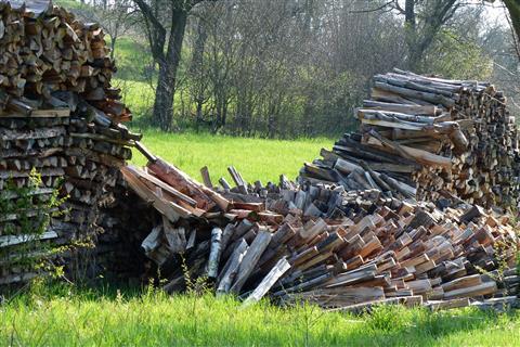 eingefallener Holzstoß