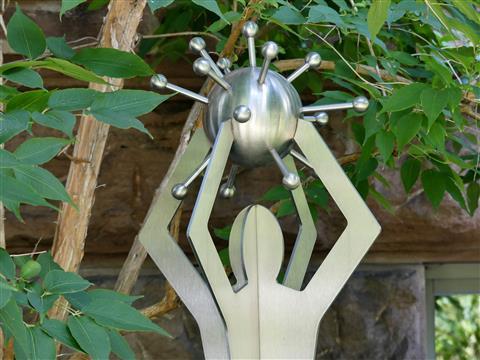 Virustragende Figur im Botanischen Garten Erlangen