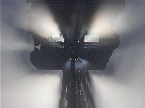 Sendemast am Hesselberg im Nebel-Sonne bricht sich ihre Bahn