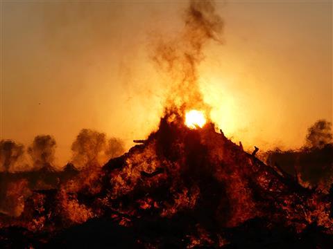 Osterfeuer gegen die Sonne
