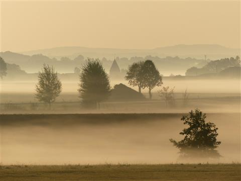 Altmühlgrund mit Hirschlach im Morgennebel