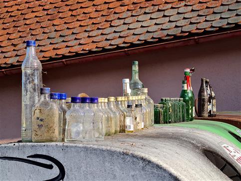 Flaschen von 3 km Straßengrabensäuberung