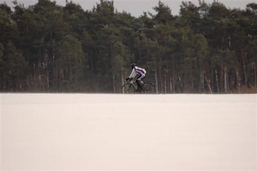 Radfahrer im wehenden Schnee