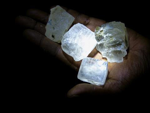 Kristall-Steinsalz in Afrikanischer Hand