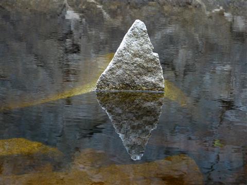 Spiegelung im Steinbruch