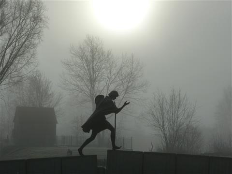 Jakobspilger-Statue im Nebel