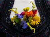 Lieblingsplatz - Blumendekoration an einem Dirndel
