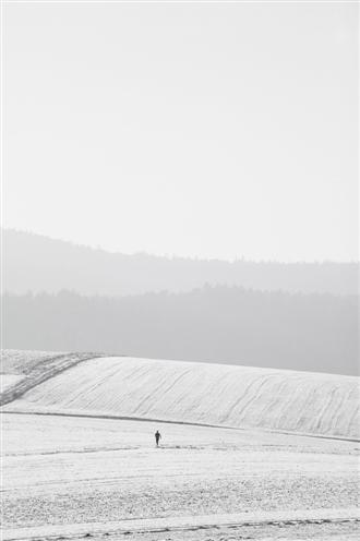 Jogger in schneebedeckter Landschaft