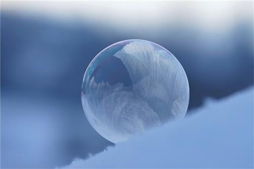 Zauberhaft - Naturkunst- Seifenblase im Schnee