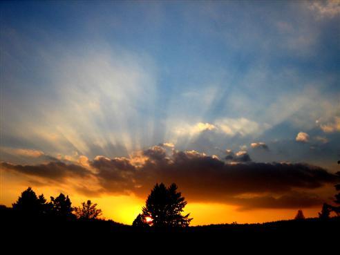 Sonnenuntergang mit Dunkelstrahlen