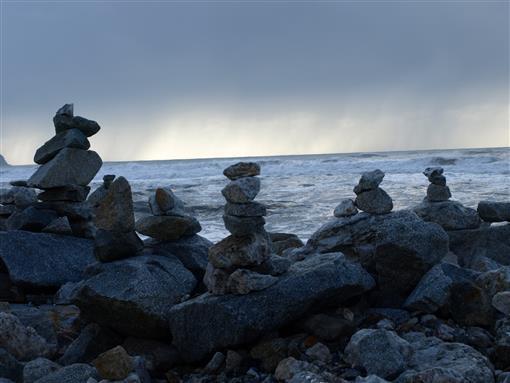 Steinmännchen überwachen die Küste