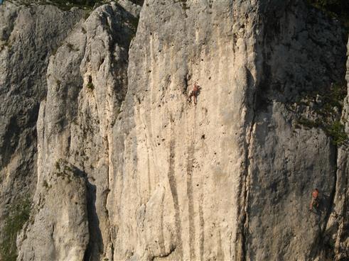 Menschlein in der Felswand