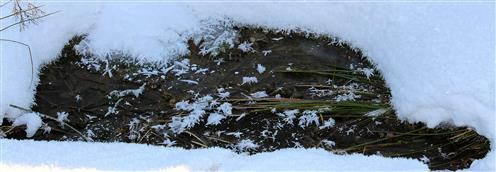 Eingeschneiter Ackergraben