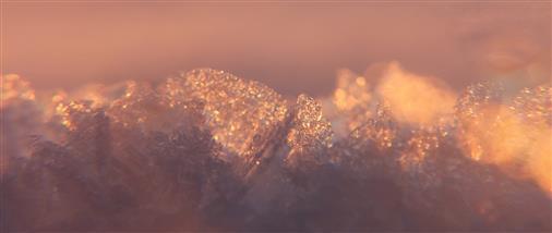 Schneekristalle im Sonnenschein