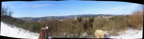 Panorama, das sich südlich des Skihanges Hirzenhain-Eiershausen in das Dietzhölztal hinein bietet