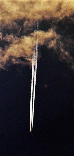Verlassen einer Wolke per Passagierflugzeug