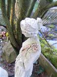 Frauenstatue im Garten - seit etwa zwanzig Jahren vor Ort(!)