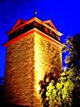 Erleuchteter Kirchturm der Evangelischen Pfarrkirche am Abend