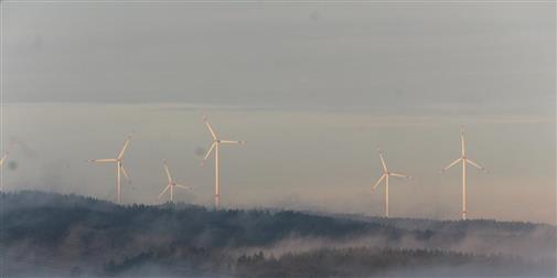Nebelfelder vor Windrädern