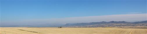 Abgeerntete Kornfelder südlich der Pyrenäengebirgskette
