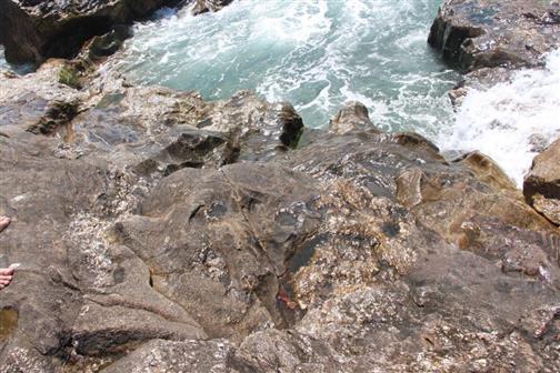 Atlantik auch am felsigen Strand in Nordportugal