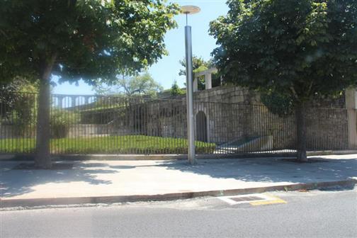 Park mit Blick auf einen Abschnitt eines römischen Aquäductes