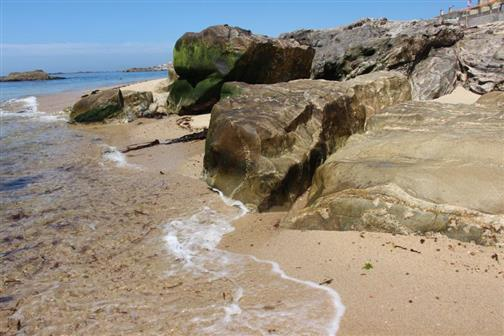 Felsblöcke mit vorstellbarem Aufprall der Wellen