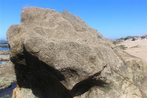 Unterhöhlter Felsblock