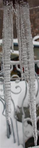 Eiszapfen an einem Fallrohr einer Regenrinne
