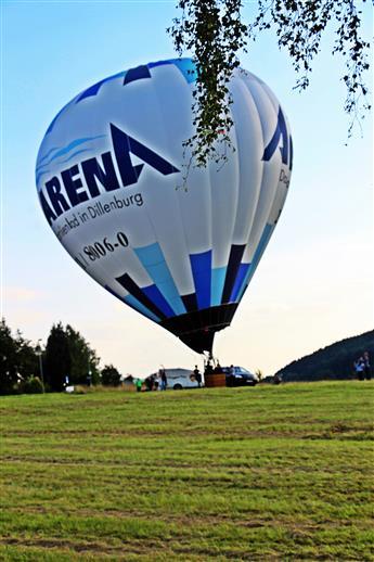 Start eines Fesselluftballons im Gewerbegebiet in der Nähe des Haarstudios