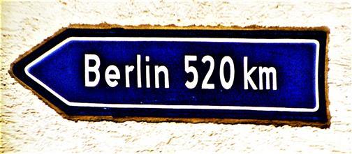 Wegweiser in Kirchvers(Pfarrstraße) nach Berlin