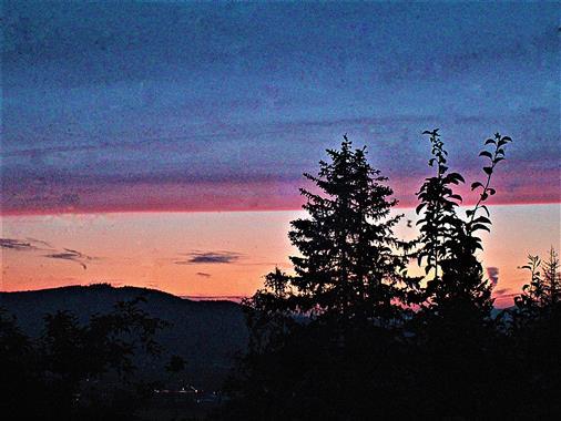 Abendrosa am Himmel im Dietzhölztal mit Blickrichtung Ewersbach