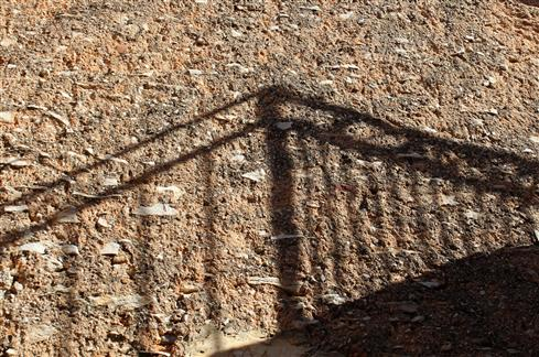 Schattenspiel auf Mauer in der Provence