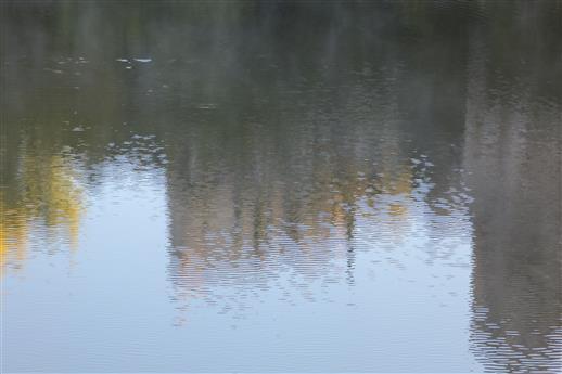 Wasser zer-spiegelt Umgebung